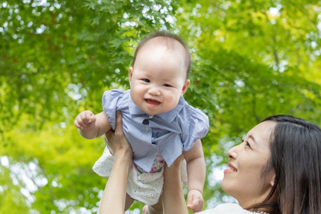 たかいかたいで笑顔の赤ちゃん