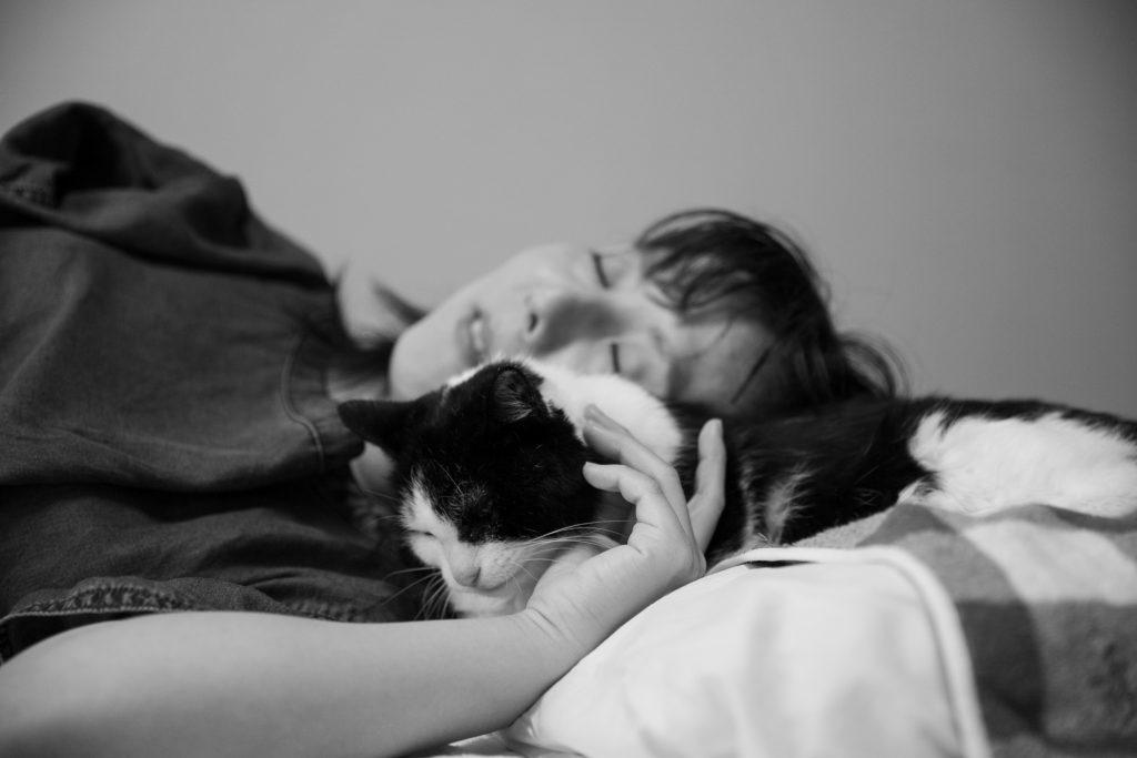 寝転ぶ猫と飼い主モノクロ